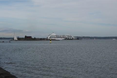 Auslaufendes Kreuzfahrtschiff
