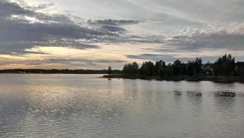 Malerischer Sonnenuntergang am Hafen