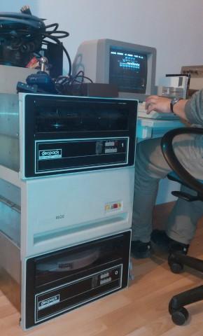 Links Wechselplatten für PDP11, rechts Galaxians auf C64