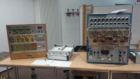 Zwei Analogrechner mit Plottern