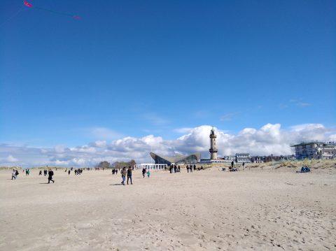 Osterspaziergänger am Strand