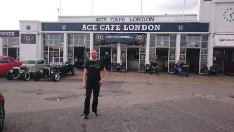 Vor dem Ace Cafe