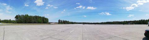 Vorfeld mit Hangars am Waldrand
